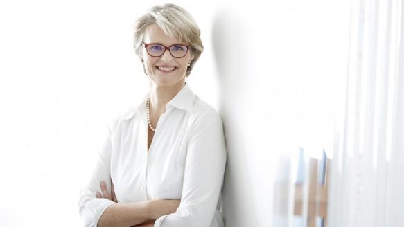 Bildungsministerin Anja Karliczek verteilt 40 Millionen Euro mit der Gießkanne Foto BMBF