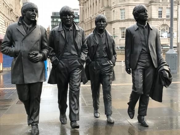 Vier Herren in Schwarz