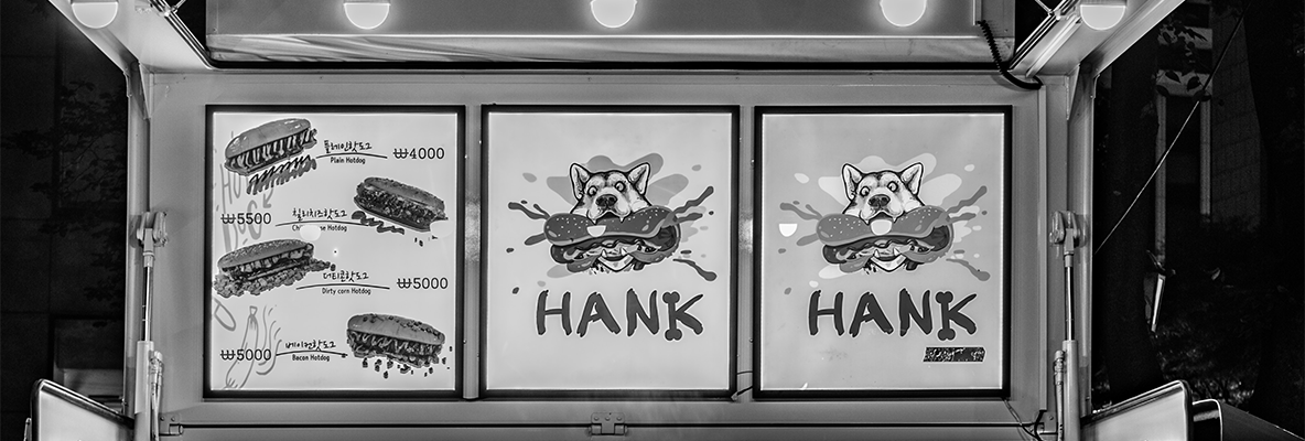 Hank beißt in den Hot-Dog